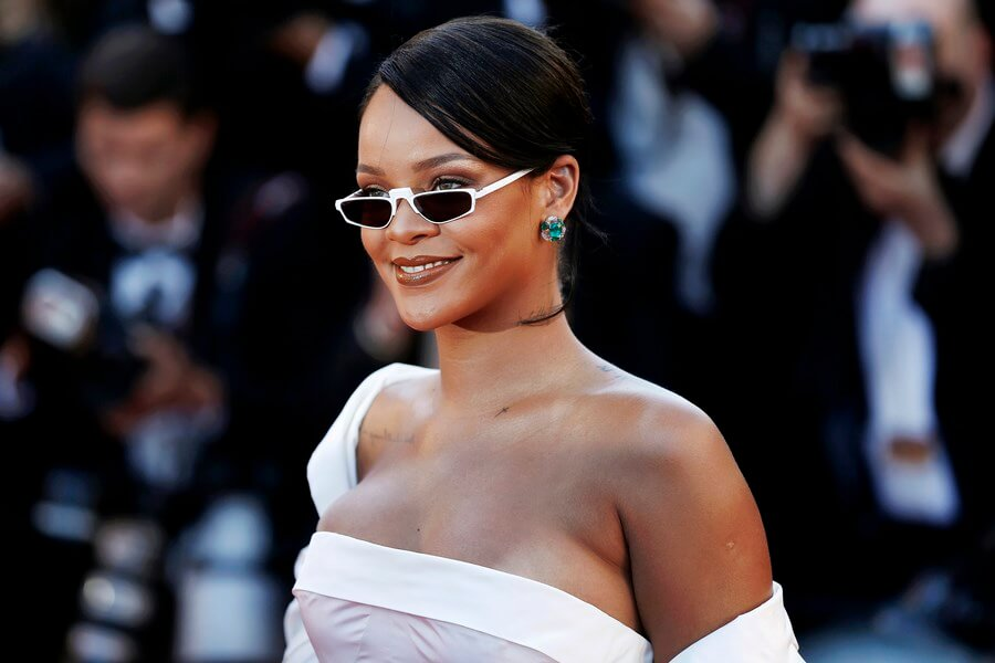 Celebrity Wines drinker Rihanna, looking lovely in her dress and glasses!